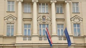 Architectuur van Zagreb, vlaggen van Europese Unie en het hangen van Kroatië bij de bouw stock video