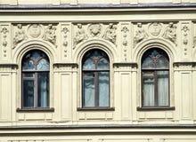Architectuur - vensters en decoratie royalty-vrije stock afbeelding