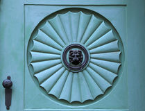 Architectuurdetail van de oude kloppers van de leeuwdeur Royalty-vrije Stock Afbeeldingen