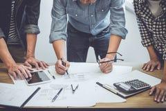 Architectuuringenieur Teamwork Meeting die, die en voor architecturale project en techniekhulpmiddelen aan werkplaats, concept tr royalty-vrije stock afbeelding