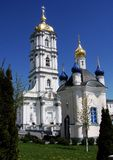 Architectuurkerk, kapel en klokketoren in de zomer stock foto's