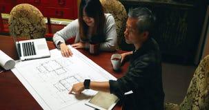 Architekci dyskutuje nad projektem 4k zbiory
