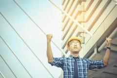 Architekci, inżyniery, podnosi oba ręki pokazywać siłę i c zdjęcie stock
