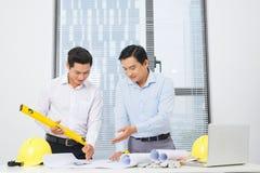 Architekci konstruują dyskutować z projektem ar przy stołem Fotografia Stock