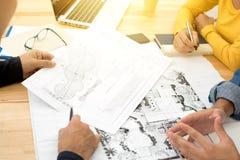 Architekci lub krajobrazów projektanci dyskutuje projekty zdjęcie royalty free