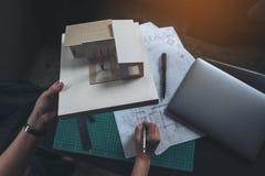 Architekci myśleć masa modela z sklepowym rysunkowym papierem i projektuje Fotografia Stock