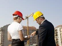 Architekci one zgadzają się na planie budować budynek Fotografia Stock