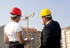 Architekci one zgadzają się na planie budować budynek Zdjęcia Royalty Free