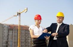 Architekci one zgadzają się na planie budować budynek Zdjęcia Stock