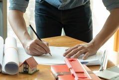 Architekci piszą do domu projektach na biurku zdjęcia stock