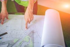 Architekci pracuje na planach przy biznesowym sala posiedze? sto?em zdjęcie stock