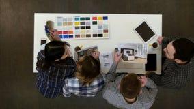 Architekci, projektanta multitasking w biurze i pracować i obraz royalty free