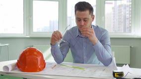 Architekt bierze daleko jego szkła