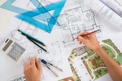 Architekt With Blueprints lizenzfreie stockbilder