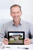 Architekt, der Bild des Hauses zeigt Lizenzfreie Stockfotografie