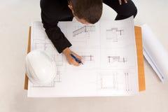 Architekt, der einen Bauplan zeichnet lizenzfreies stockbild