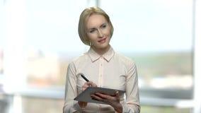 Architekt der hübschen Frau, der an PC-Tablette arbeitet stock footage