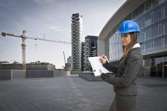 Architekt der jungen Frau in der Baustelle Stockfotos