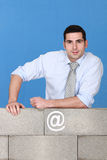 Architekt, der mit Betonmauer aufwirft Lizenzfreie Stockfotos