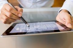 Architekt, der mit Griffel und digitalem Tabletten-PC arbeitet stockbild