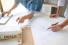Architekt, der an Plan, Ingenieursitzung arbeitet mit PA arbeitet Lizenzfreie Stockfotos