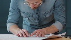Architekt, der an Plan mit spesial Werkzeugen und Bleistift, Abschluss oben arbeitet Männlicher Architekt bei der Arbeit, nur Hän stock footage