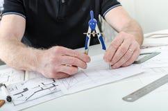 Architekt, der an Plänen arbeitet Stockbild