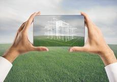 Architekt, der Projekt des neuen Hauses zeigt