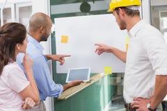Architekt drużynowy brainstorming wpólnie używa cyfrową pastylkę Zdjęcie Royalty Free