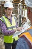 Architekt Dyskutuje plany Z budowniczym zdjęcia stock