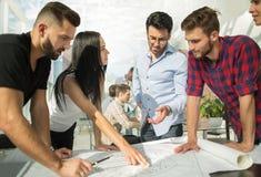 Architekt dyskutuje projekt z biznesową drużyną obraz stock