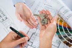 Architekt Handing Keys lizenzfreies stockbild