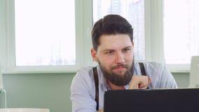 Architekt kończy jego pracę na laptopie