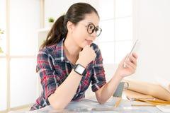 Architekt kobieta szczęśliwa czytać texting Obrazy Stock