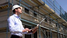 Architekt kontrolliert Bau au?erhalb der Unterhaltung am Telefon stock footage