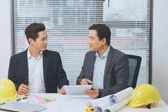 Architekt lub agent nieruchomości dyskutuje pracę z projektami Obraz Stock