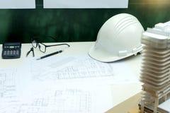 architekt lub inżynier pracuje na stołowym przedstawienie pracy mężczyzna Obrazy Royalty Free