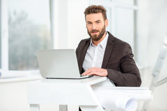 Architekt lub projektant pracuje z laptopem obraz stock