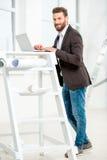 Architekt lub projektant pracuje z laptopem zdjęcia royalty free