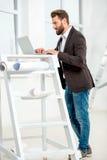Architekt lub projektant pracuje z laptopem obrazy royalty free
