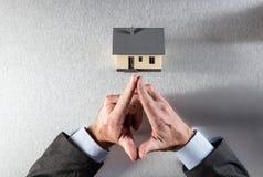 Architekt lub właściciel posesji wręczamy główkowanie przed budować lub kupować Obraz Stock