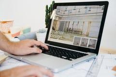 Architekt mit Laptop lizenzfreie stockfotos