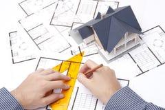 Architekt mit Lichtpausen lizenzfreies stockbild