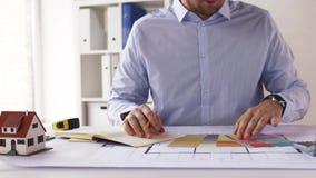Architekt mit Notizbuch, Plan und Paletten stock video footage