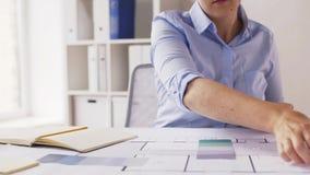 Architekt mit Notizbuch, Plan und Paletten stock footage