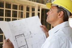 Architekt mit Plänen Lizenzfreies Stockfoto