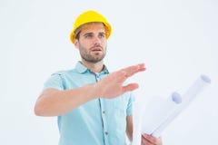 Architekt mit Plan gestikulierend auf weißen Hintergrund Stockbild
