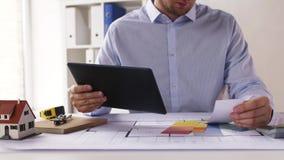 Architekt mit Tabletten-PC, -plan und -PALETTEN stock video footage