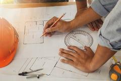 Architekt oder Ingenieur, die an Plan arbeiten Lizenzfreie Stockbilder