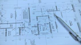 Architekt oder Ingenieur, die an Plan auf Architektenarbeitsplatz - Architekturprojekt arbeiten stock video footage